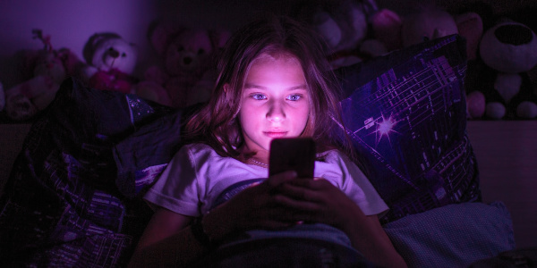 夜中までスマホを見ている中学生・高校生は意外に多いんじゃない?