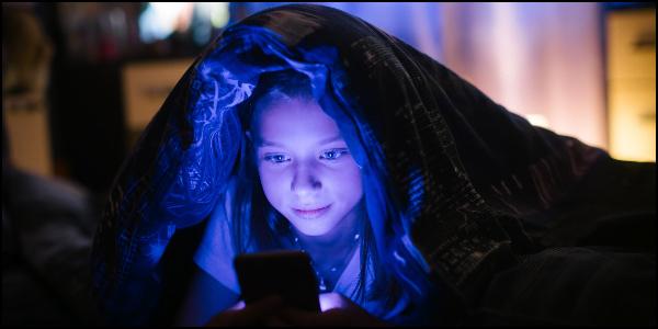 夜中までスマホを見る小学生のイメージ