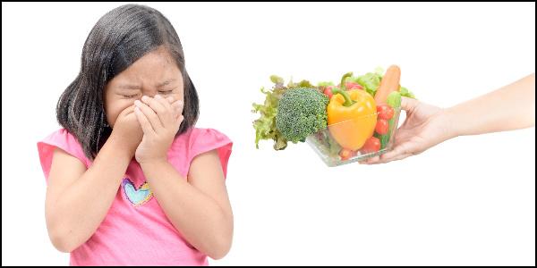 嫌いな食べ物を嫌がる子供のイメージ