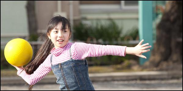 帽子をかぶらず外で遊ぶ小学生のイメージ