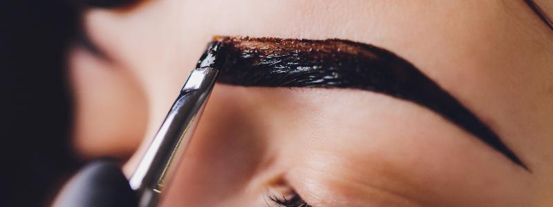眉毛を染める人のイメージ